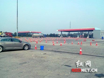 耒阳高速交警大队联合路政、广通实业及服务区进行加油通道渠化