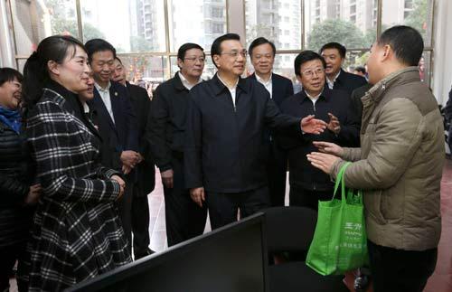 民工冲泡方便面(图)