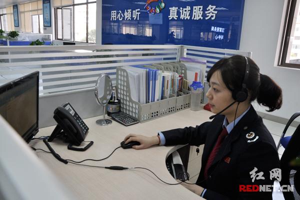 呼叫中心工作人员丁文玉正在接听纳税人打进的电话.图片