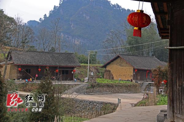 春节临近,花垣县排碧乡十八洞村里大红灯笼高高挂,福字喜字贴满家.