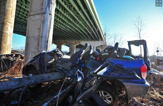 美国女子开车失控从18米高天桥坠下奇迹生还(图)
