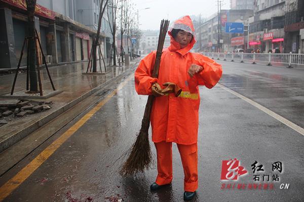 门环初一石冷门卫女生冒雨扫职业大年大街十大工人图片