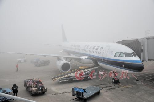 昨日上午,长沙黄花机场因大雾导致67架航班无法正常起降.