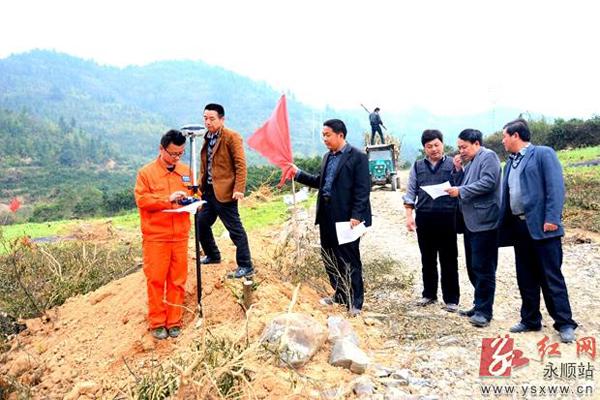 图为永顺县高平金海国际实验学校规划选址红线划定现场.