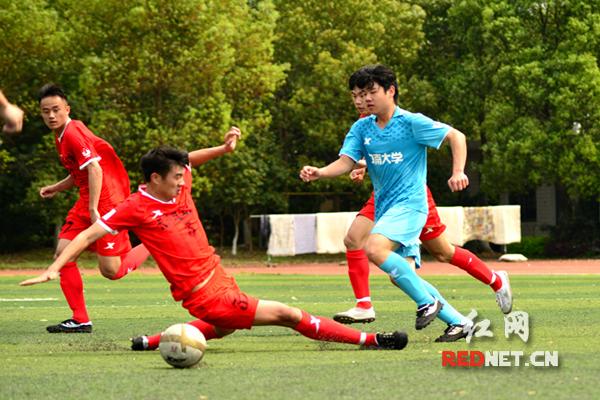 决赛中,双方队员激烈对抗。