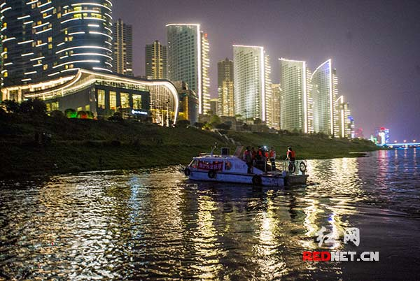 The evening of April 1, Changsha Xiangjiang River fishery inspectors boats along the shore patrol, searching for illegal fishing may occur.