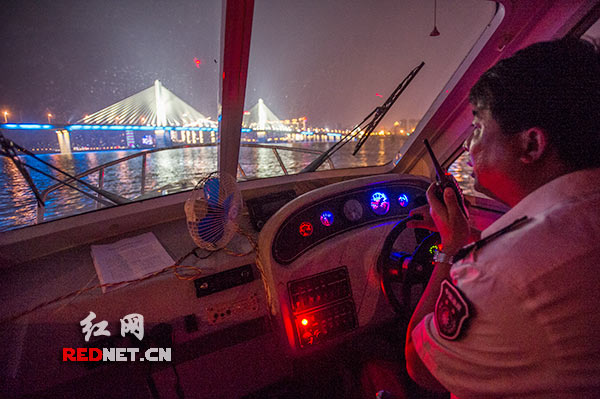 Through inspection window speedboats, Changsha fishery science Zhanfuzhanchang jade paint carefully observe the Xiangjiang River shore, and maintain close contact with other people involved in the inspection of.