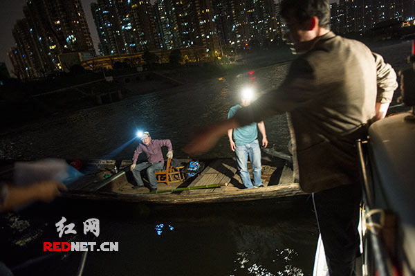 For some night sailing in the river anglers, fishery inspectors to discourage, to publicize their fishing boats will be suspended during the period specified.