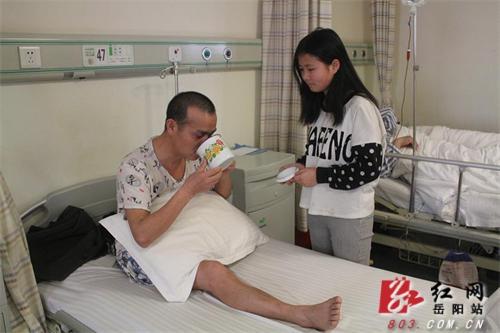 女生双双休学水瓶汨罗16岁坚强父母聊天报恩癌症患上和女孩座图片