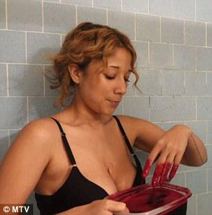 美国女模为永青春用猪血洗澡 猪血浇身场面血腥