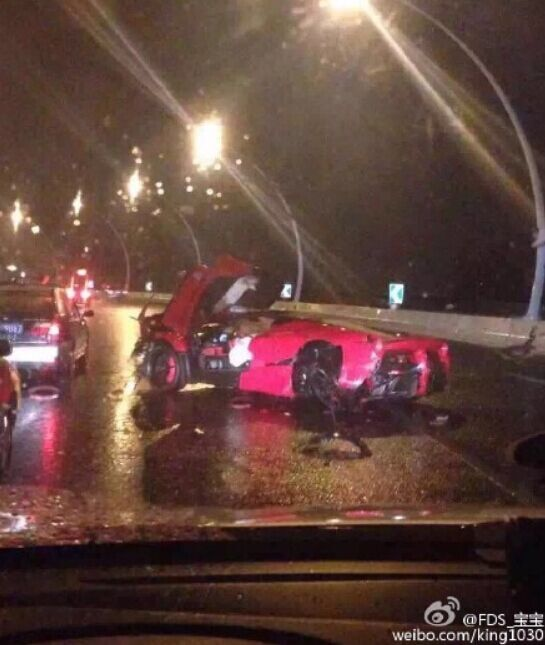 图说:红色法拉利跑车发生单车事故。来源:新浪微博(请作者私信新民晚报新民网以奉稿酬)