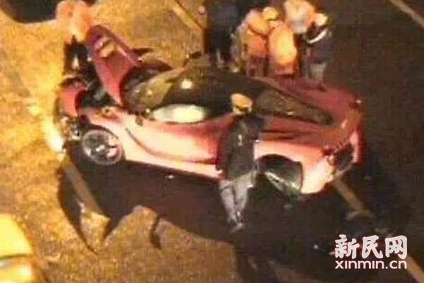 图说:红色法拉利跑车发生单车事故。网络 图
