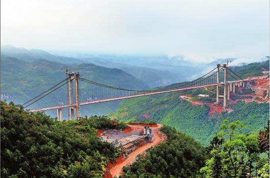 国内山区高速路首座钢箱梁悬索大桥主体完工