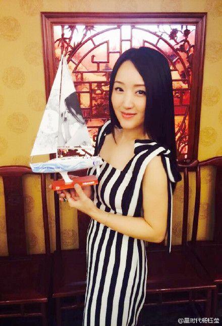 44岁杨钰莹庆生获浪漫惊喜 酒店床上摆花瓣桃心图片