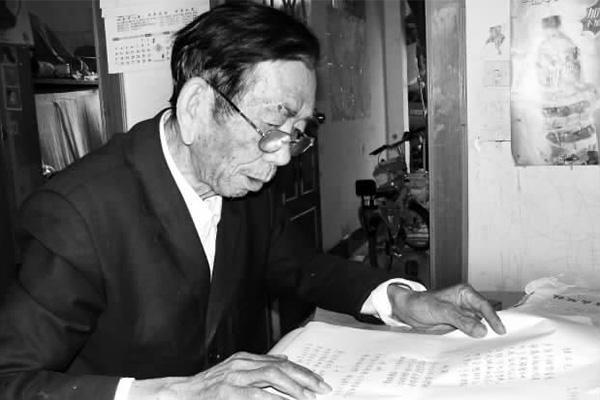 古稀老人用诗歌记录生活 退休12年作诗300多首