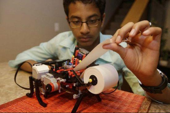 13岁的舒伯罕为了学校科展计划用乐高做了一台盲文打印机