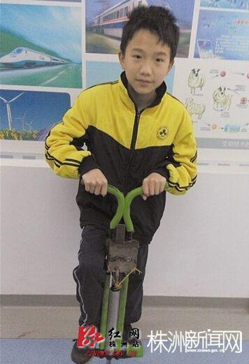 醴陵小学生发明的可控次数跳跳杆,获得全省青少年科技创新比赛金奖。图为一学生在试玩可控次数跳跳杆 记者 何春林 摄