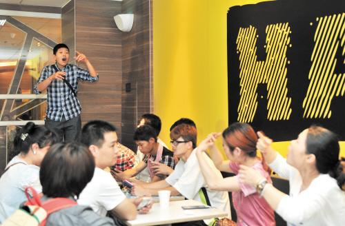 """长沙举行残疾人艺术作品展 孤独症儿童表演""""时装秀"""""""
