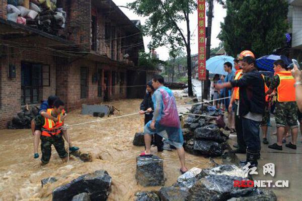 隆回:暴雨突袭街道被淹 洪水中干部背群众转移