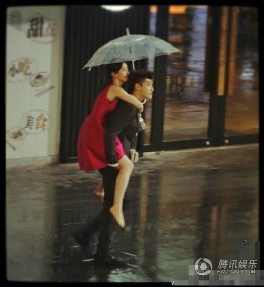吴亦凡雨中背刘亦菲狂奔 画面唯美浪漫 娱乐频