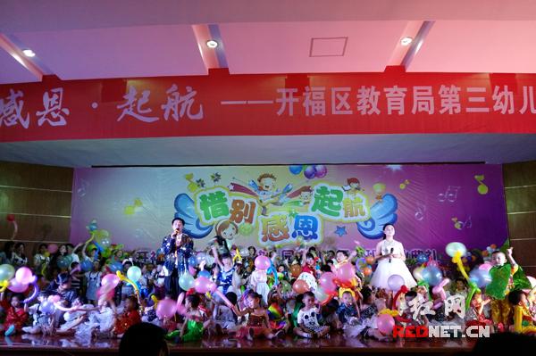 走红地毯发毕业证 长沙一幼儿园用毕业典礼祝福孩子