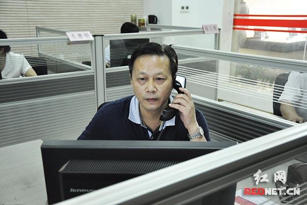 """""""局长接线日"""",湖南省质监局副局长王践走进呼叫中心,接听投诉电话。"""