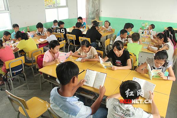 学生分组阅读,互相监督