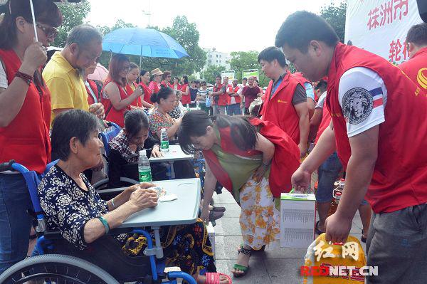 当天活动中,共有22名半失能老人领到爱心轮椅和慰问物资