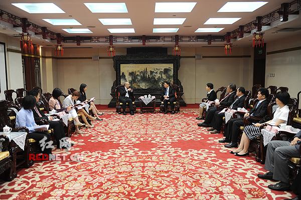 7月28日上午,湖南省副省长张剑飞会见了香港政制及内地事务局局长谭志源一行。