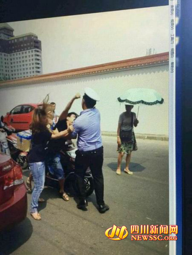 两姐弟乱停车还打交警辩称不知交警是警察(图)