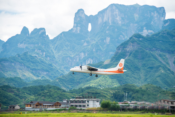 飞机起飞,一条连接张家界,衡阳两地经济发展与文化交流的航线正式开通