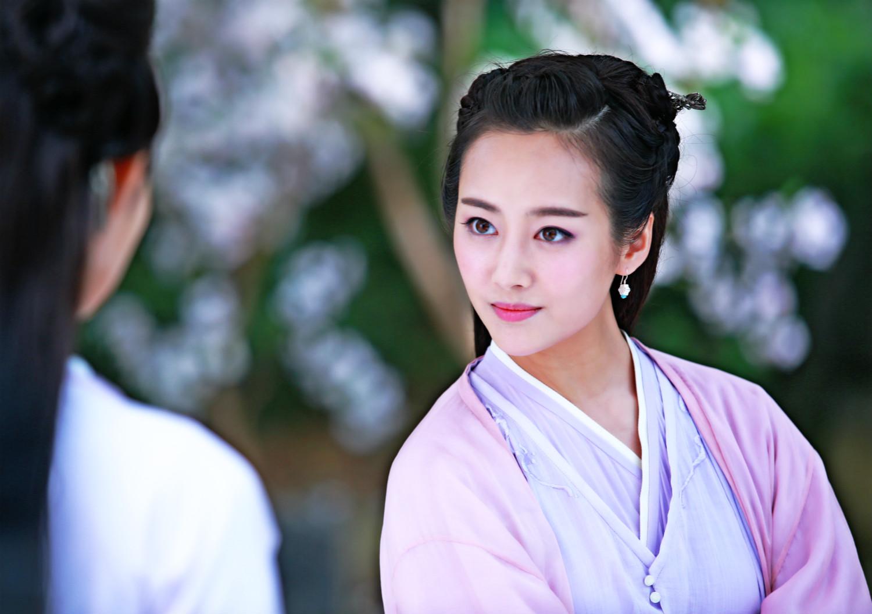 中,李纯饰演的霓漫天自出场就成为这部剧中唯一一个至尊傲娇的人物,无