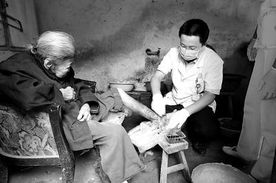"""衢州""""万少华团队""""救助日军细菌战受害老人纪实"""