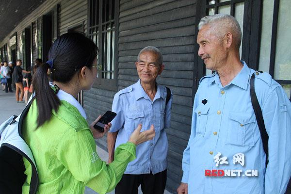 芷江受降纪念馆迎来不少游客前来瞻仰,其中有两位携手前来的老兄弟,已经年过八十