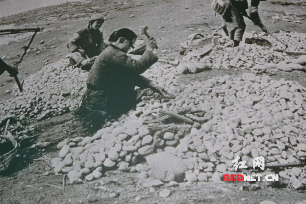 抗战时期,怀化11县民众纷纷加入修建芷江机场队伍。图为翻拍的史料图