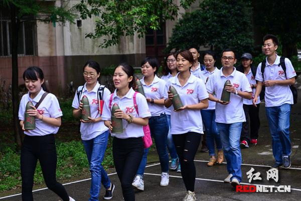 """8月19日下午,红网大型全媒体报道《最后的胜利》报道团成员们从红网出发,手捧着""""胜利的子弹""""。"""