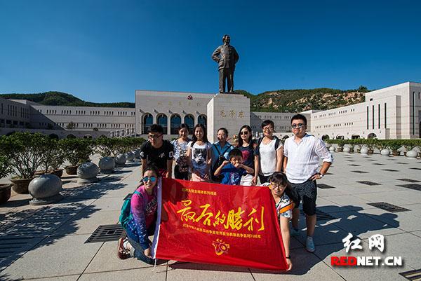 """红网《最后的胜利》报道组来到延安革命纪念馆,探访延安这个中国共产党领导抗日战争的""""心脏""""在抗战中的重要地位和湘人抗战的历史细节。在纪念馆毛泽东铜像前,报道组的旗帜吸引了来自西安的一群90后参观者们的注意,他们争相与《最后的胜利》旗帜合影,并对记者畅谈游览红色延安的心得体会及自己理解的延安精神"""