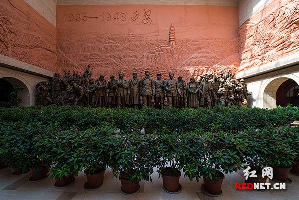 延安革命纪念馆序厅内的纪念雕像。以毛泽东、刘少奇、任弼时、彭德怀、林伯渠、谢觉哉等一大批湖南人为主的中国共产党人团结全国各族人民及中外友好人士,率领着中国共产党领导下的人民军队,取得了一个又一个伟大的胜利,谱写了一首恢弘壮烈的延安精神的赞歌