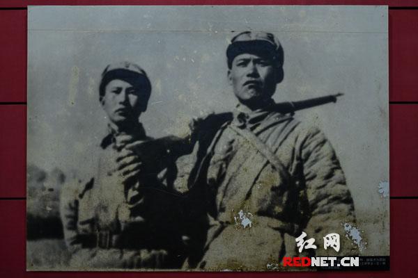 幸免于难的两名战士葛振林(右)和宋学义(左)