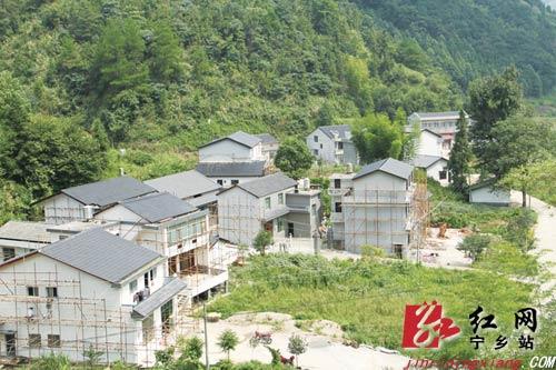 清平乐村居的���#_宁乡县黄沩公路沿线立面改造有望在国庆前竣工