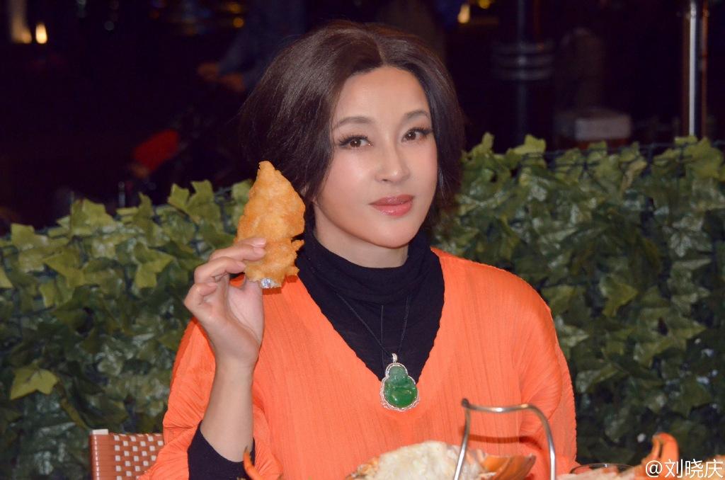 刘晓庆穿橙衣气色好 戴巨型翡翠雍容华贵