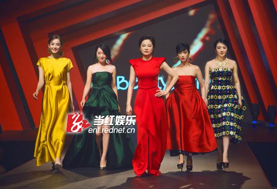 林青霞带着一众女星走红毯。