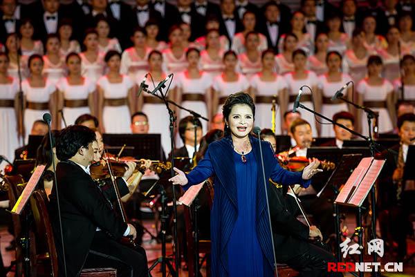 抒情花腔女高音歌唱家吴碧霞的表演赢来全场热烈掌声。