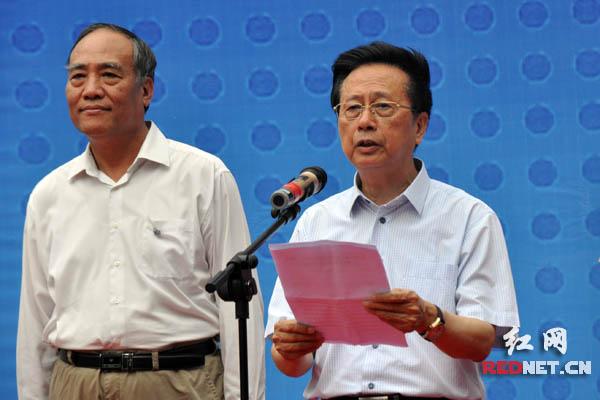 """全国人大常委会副委员长、民建中央主席、""""思源工程""""理事长陈昌智出席捐赠仪式并讲话。"""
