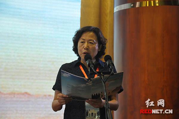 湖南省人大常委会副主任、省总工会主席刘莲玉主持论坛。