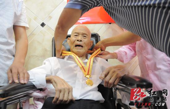 区民政局为抗战老兵发放纪念章 老人激动落泪