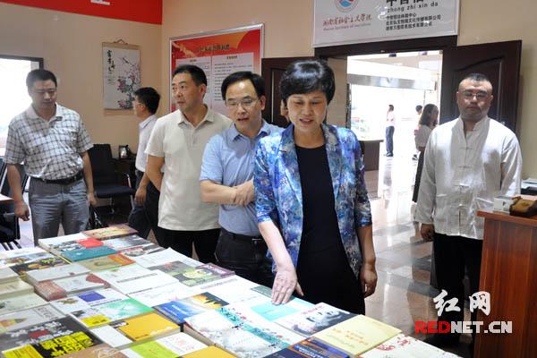 9月9日下午,湖南省委常委、副省长、省委统战部部长黄兰香[右二]到湖南省社会主义学院考察调研。