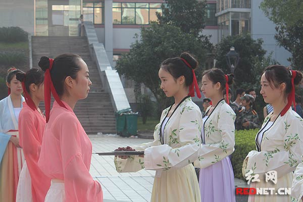 教师节:湖南中医药大学学子向孔子雕像行拜师礼
