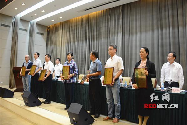 会上,省质监局宣布第一批两型认证景区名单并颁发证书。