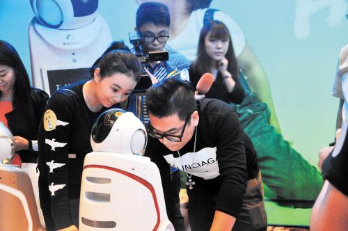 """国内首次推出的智能服务机器人""""莱迪儿童型智能服务型机器人""""甫一亮相就成为大家关注的明星。受访者供图"""